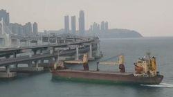 Βίντεο: Μεγάλο φορτηγό πλοίο πέφτει πάνω σε οδική γέφυρα στη Νότια