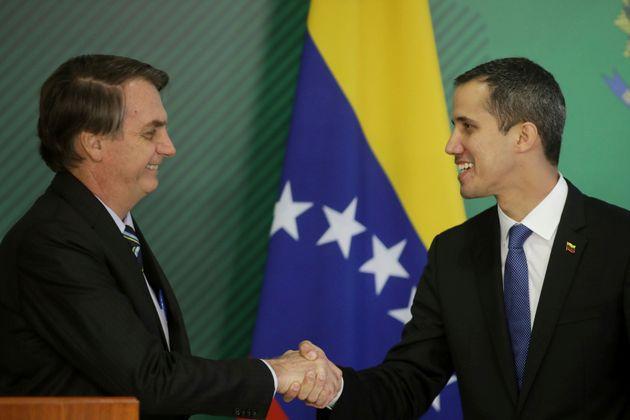 Bolsonaro diz que não poupará esforços para restabelecer democracia na