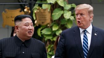 El presidente de Estados Unidos, Donald Trump, y el líder norcoreano, Kim Jong Un, dan un paseo tras su primera reunión en el hotel Sofitel Legend Metropole de Hanói, Vietnam, el 28 de febrero de 2019. (AP Foto/Evan Vucci)