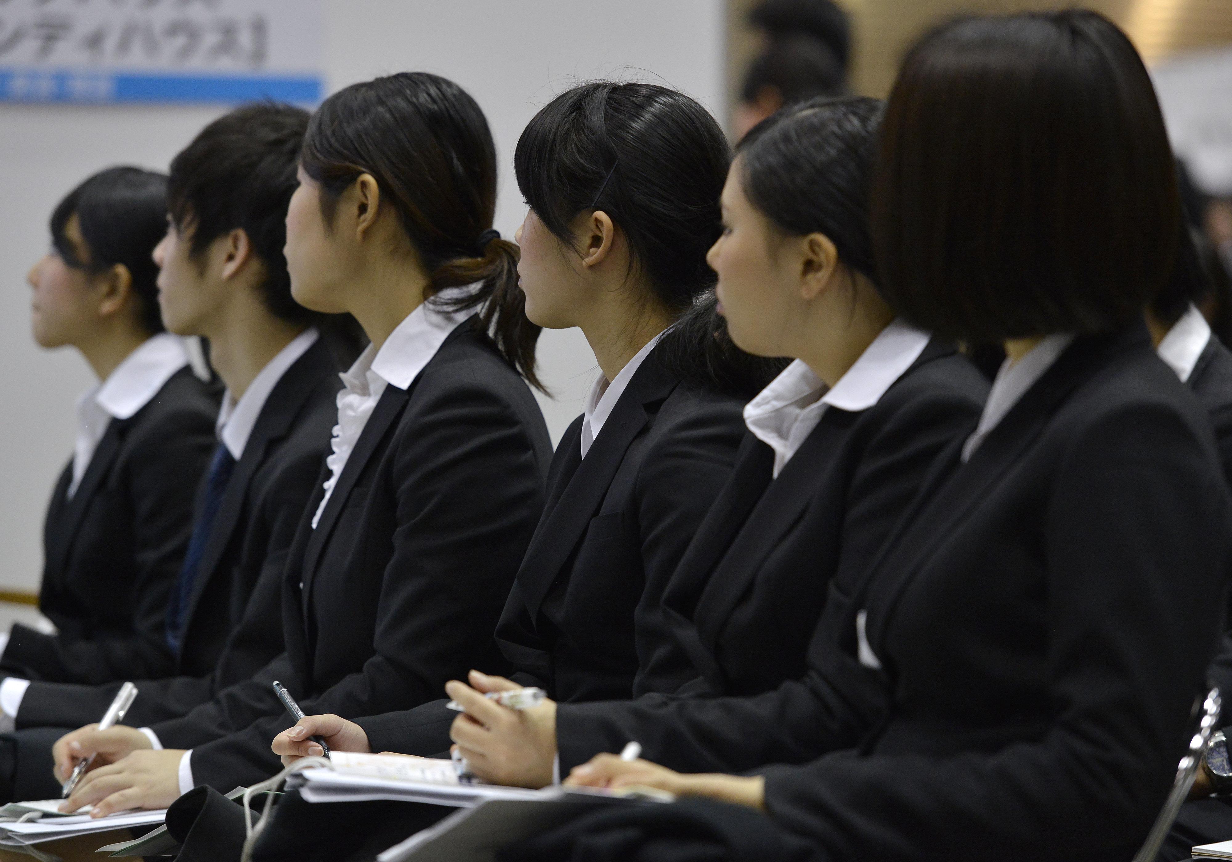 黒いスーツに黒いカバン。日本の新卒採用は「非効率」すぎる。