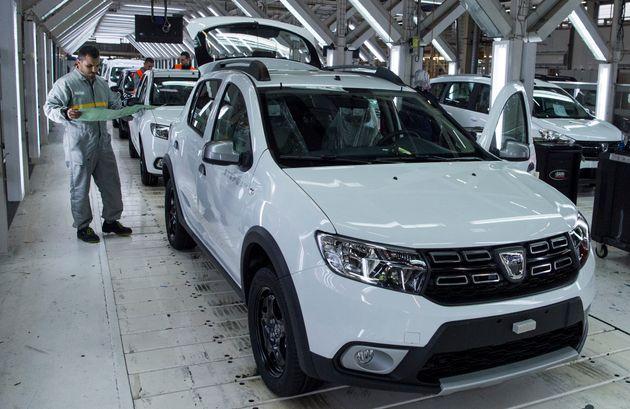 Un employé de l'usine Renault-Nissan de Tanger travaille sur une chaîne de montage de voitures,...