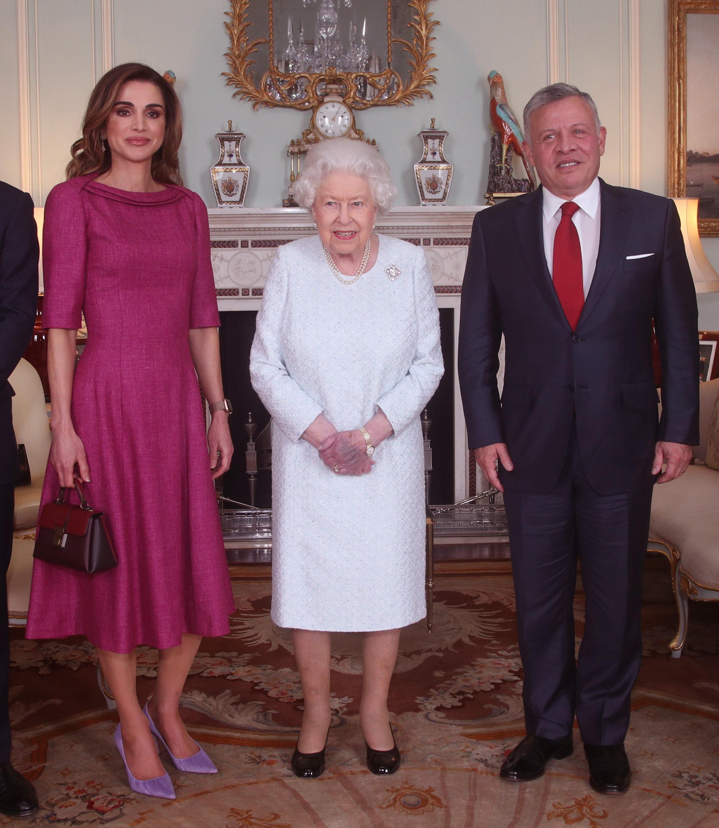 Μυστήριο με το μελανιασμένο χέρι της Βασίλισσας