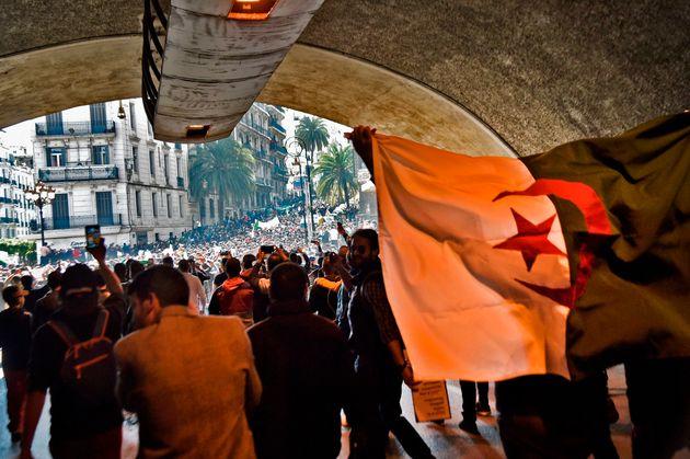 De manière pacifique, les Algériens manifestent par milliers