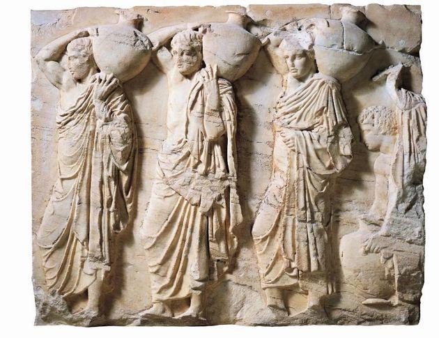 Ζωφόρος του Παρθενώνα, λεπτομέρεια: Δύο άνδρες και μία γυναίκα που κουβαλούν αγγεία με νερό στην Ακρόπολη (Φωτογραφία από βιβλίο «Οι Αρχαίοι Έλληνες»).