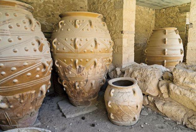 Αποθηκευτικά πιθάρια, Κνωσός. Κάποτε, μέσα από αυτές τις τρύπες οι Μυκηναίοι περνούσαν σκοινιά για να χειρίζονται τα πιθάρια (Φωτογραφία από το βιβλίο «Οι Αρχαίοι Έλληνες»).