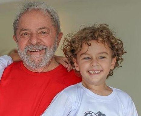 Lula e o neto Arthur, em foto divulgada pelo Partido dos