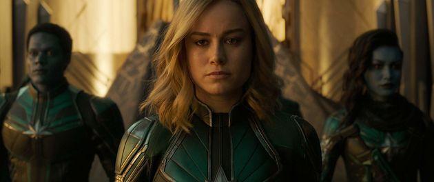 Brie Larson como Capitã Marvel, a super-heroína que chuta bundas pela galáxia sem...