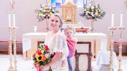 Noiva se casa carregando filha nas costas. E as fotos são