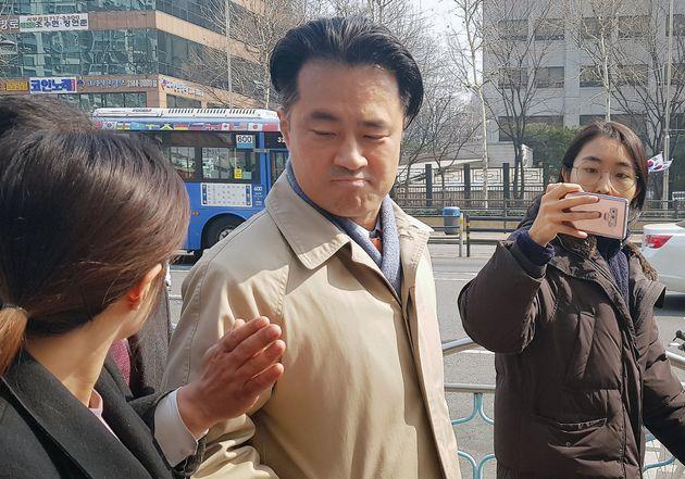 손석희 JTBC 대표이사를 폭행치상 혐의 등으로 고소한 프리랜서 기자 김웅씨가 1일 서울 마포경찰서에 출석해 조사를 받고 있다. 김씨가 조사실에서 나오자 기자들이 다가가 질문하고 있다....