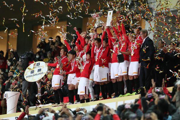 天皇杯優勝を決め、表彰式で歓喜する浦和レッズ(2018年12月9日、埼玉スタジアム)