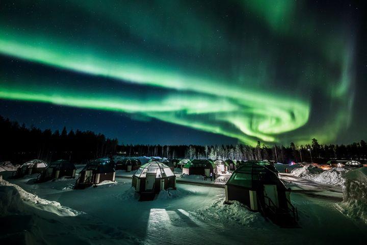Το απόκοσμο βόρειο σέλας πάνω από το <em>Arctic Snowhotel </em>στο Ροβανιέμι της Φινλανδίας (28 Φεβρουαρίου)