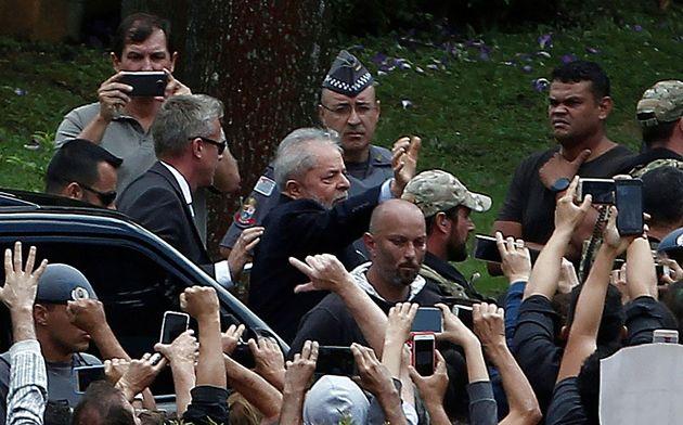 Lula é saudado por militantes ao chegar ao cemitério de São Bernardo do