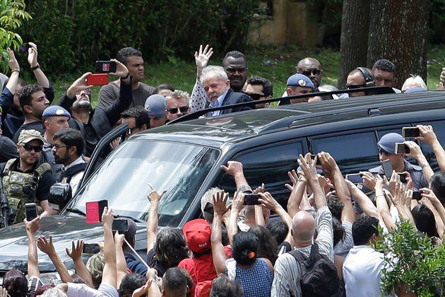 Lula deixa o cemitério após acompanhar o velório do neto morto por