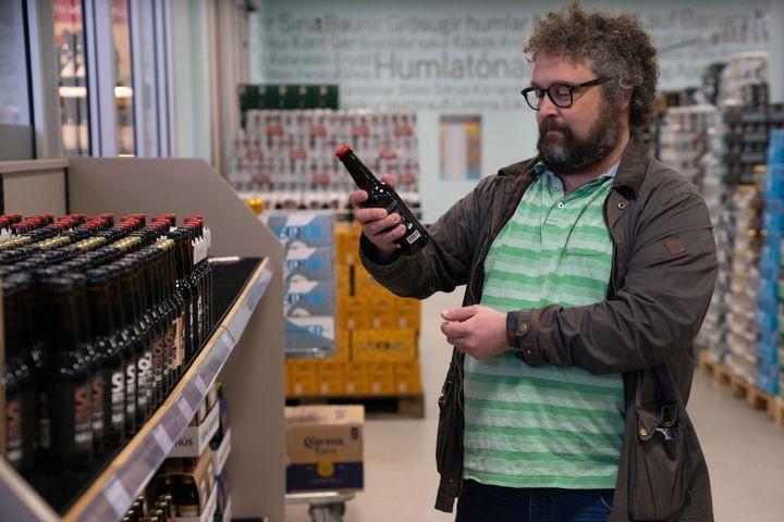 Σε αυτή την εικόνα ο ιστορικός στην ειδικότητα, κύριος Πάλσον, παρατηρεί τις ετικέτες στις μπύρες που πωλούνται στο κρατικό κατάστημα μπύρας (και μολοπώλιο!) στο Ρέϋκιαβικ