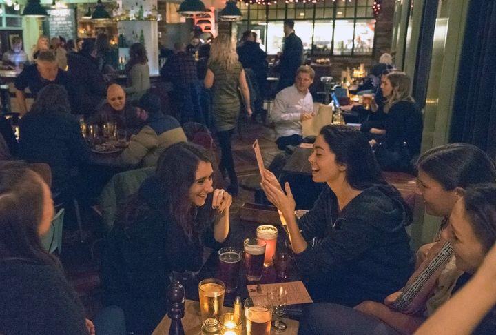 Τουρίστες και ντόπιοι απολαμβάνουν μπύρα τον Δεκέμβριο του 2016 κάπου στην Ισλανδία...
