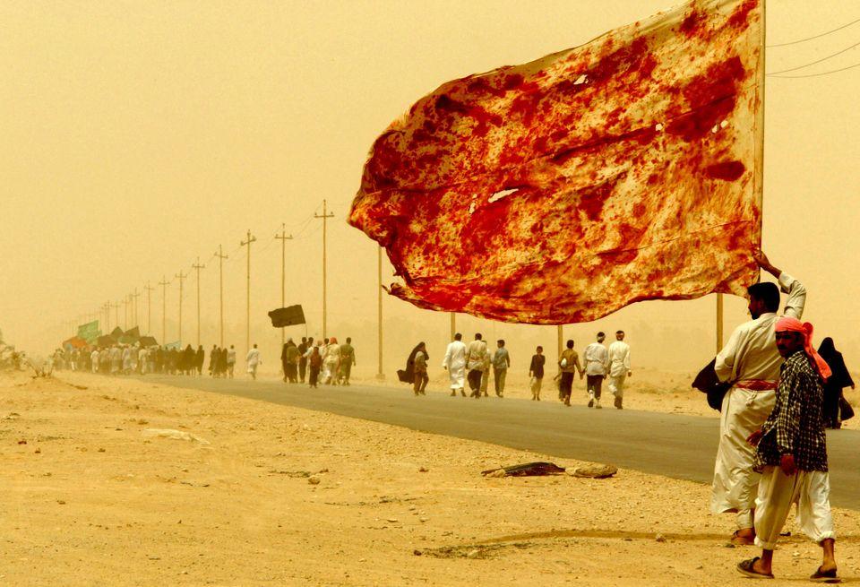 Ιρακινοί περπατούν εν...