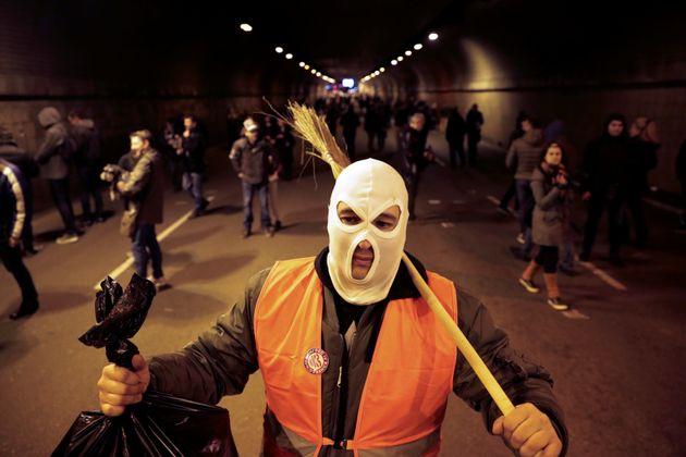Σερβία: Ξανά στους δρόμους χιλιάδες διαδηλωτές - Ο Βούτσιτς ως Πινόκιο σε