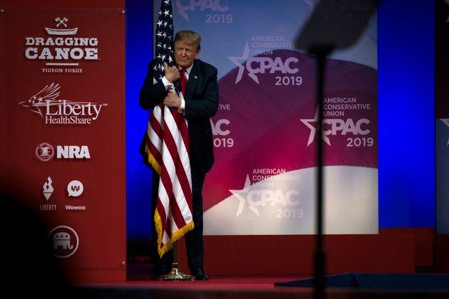 Umarmt gerne US-Flaggen auf Bühnen: Donald
