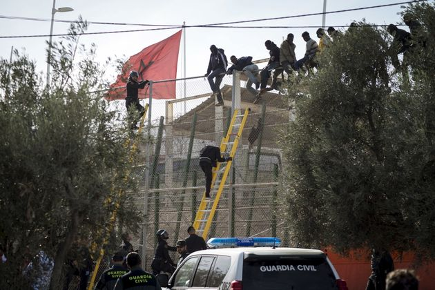 Des migrants escaladent la frontière à Melilla./Photo