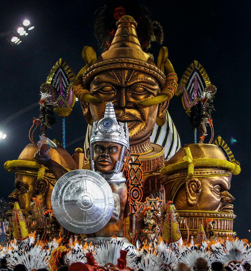 O desfile da Vai-Vai, em São Paulo, exaltou símbolos da