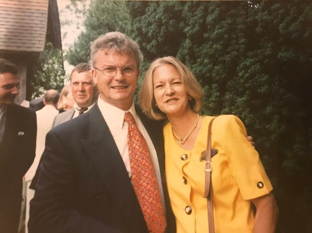 샐리 챌런(오른쪽)은 남편을 살해한 혐의로 무기징역을 선고 받고 8년째