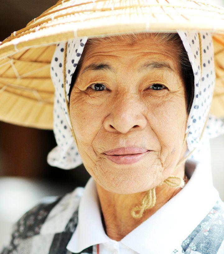 Eine Okinawanerin in traditioneller Kleidung. Die Menschen auf den Inseln haben eine der längsten Lebenserwartungen der Welt.