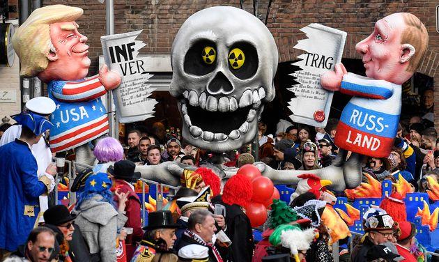 Ο Τραμπ, ο Πούτιν και η Συνθήκη INF παρελαύνουν στο καρναβάλι του Ντίσελντορφ της Γερμανίας.