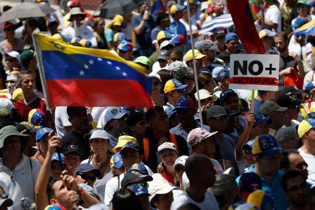 Centenas de manifestantes aguardam Guaidó em