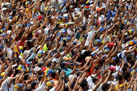Imagem desta segunda-feir (4) mostra adesão de venezuelanos a protesto contra Maduro e apoio a