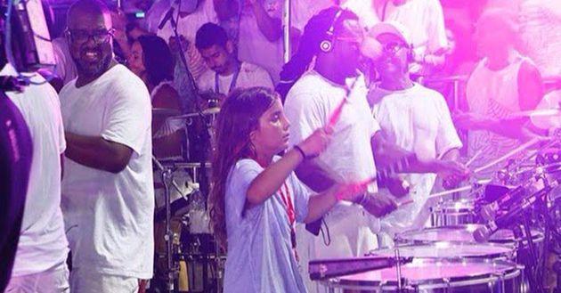 Marcelo Sangalo integra a bateria do trio elétrico no bloco Coruja, de sua mãe, Ivete