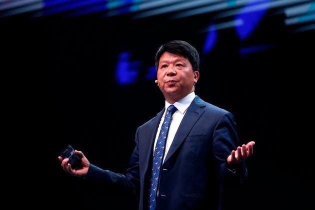 화웨이의 순환 CEO 구오핑이 MWC 2019에서 키노트 스피치를 하고 있다. 2019년