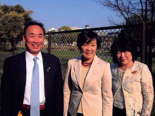 安倍昭恵夫人(中央)と写真に収まる籠池夫妻