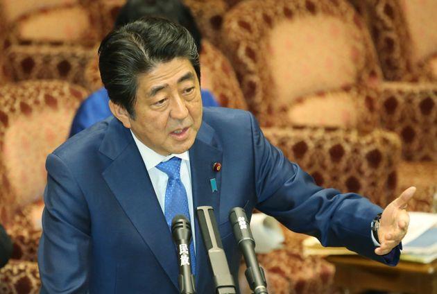 参院予算委員会で答弁する安倍晋三首相=2017年3月24日、国会