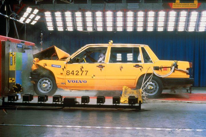 볼보 740의 전방 추돌 테스트 모습. 1984년.