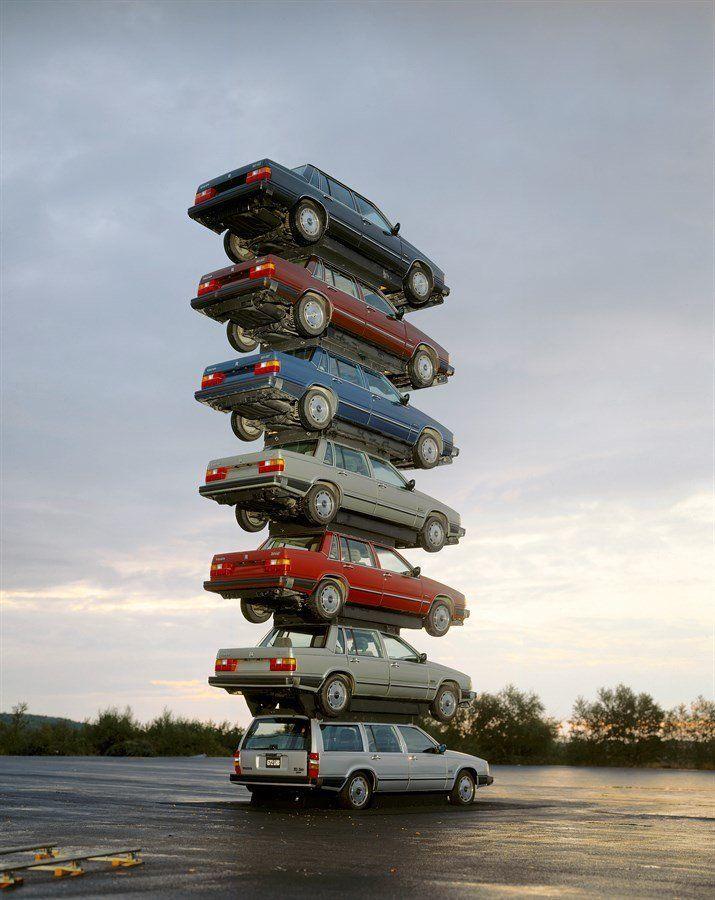 1980년대, 볼보는 자사 차량의 안전성을 강조하기 위해 차량을 겹겹이 쌓아올린 이미지를 광고에 활용했다. 사진은 7대의 볼보 760을 쌓아놓은 모습. 1982년.