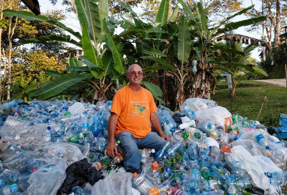 Bezeau sitzt auf einem Stapel Kunststoffflaschen, die für fünf Cent ausgetauscht