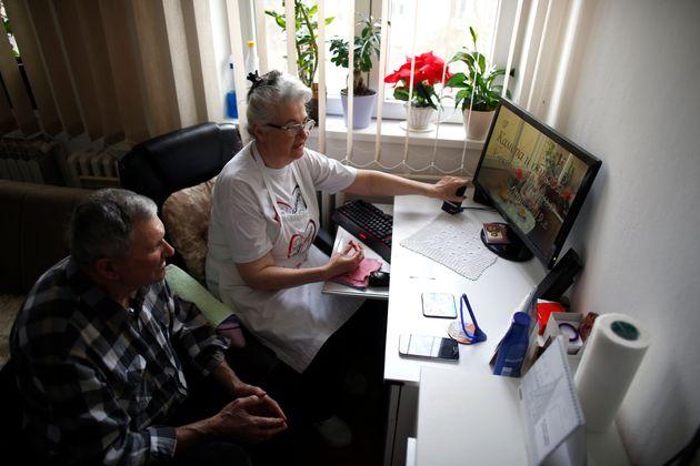 Μια γιαγιά στη Σερβία αποκτά εκατομμύρια θαυμαστές μαγειρεύοντας