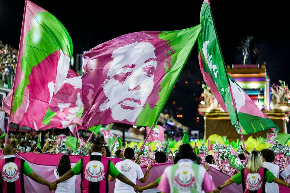 Mangueira faz desfile emocionante com homenagem a Marielle e heróis da