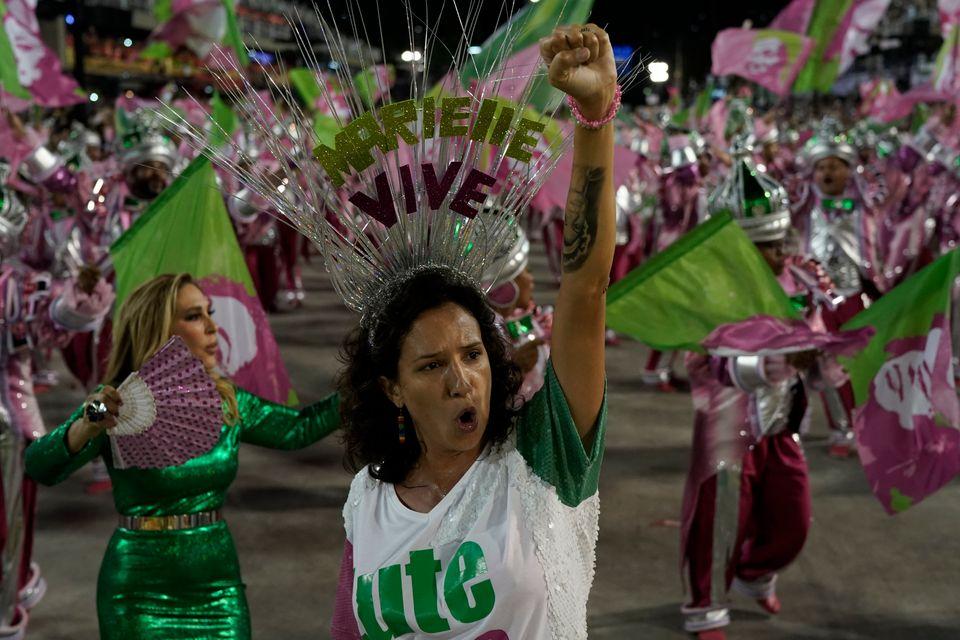 A viúva da vereadora Marielle Franco, Mônica Benício, em desfile da Mangueira na