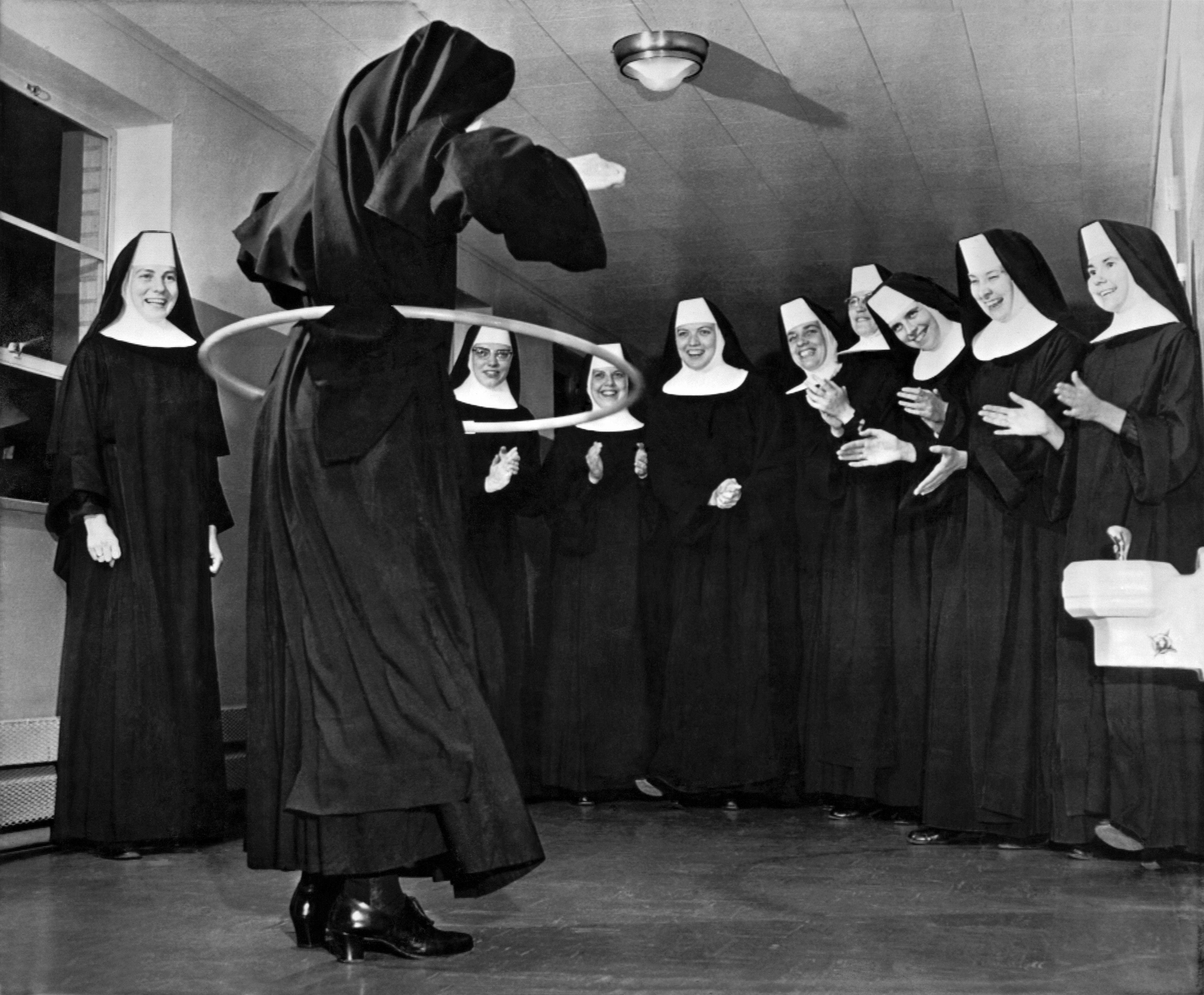 Benedictine Sisters at the Christ King Convent in Oklahoma City try their hand at the hula hoop craze that is sweeping the country, Oklahoma City, Oklahoma, October 18, 1958. (Photo by Underwood Archives/Getty Images)