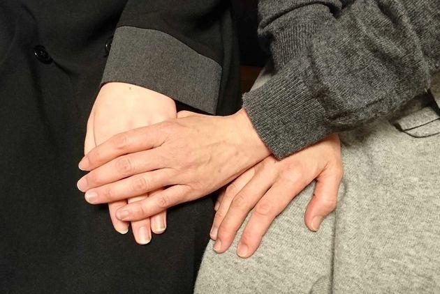 改めて取材に応じた中学2年の女子生徒(左)と母親=3月4日、東京都内