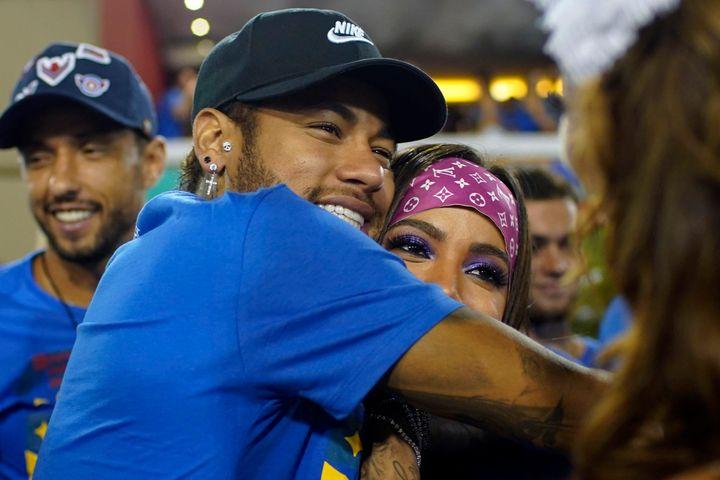 Anitta nega ter beijado Neymar, de quem é amigo.