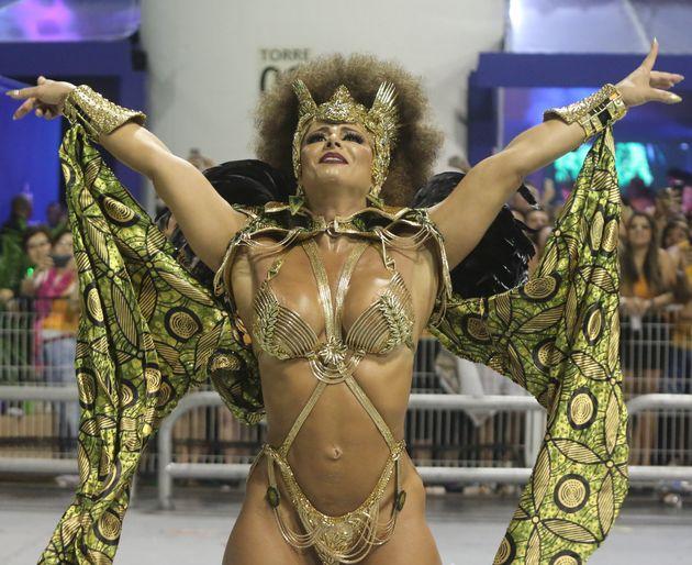 Viviane Araújo completou seu 13º ano como rainha da bateria, vestida como uma princesa