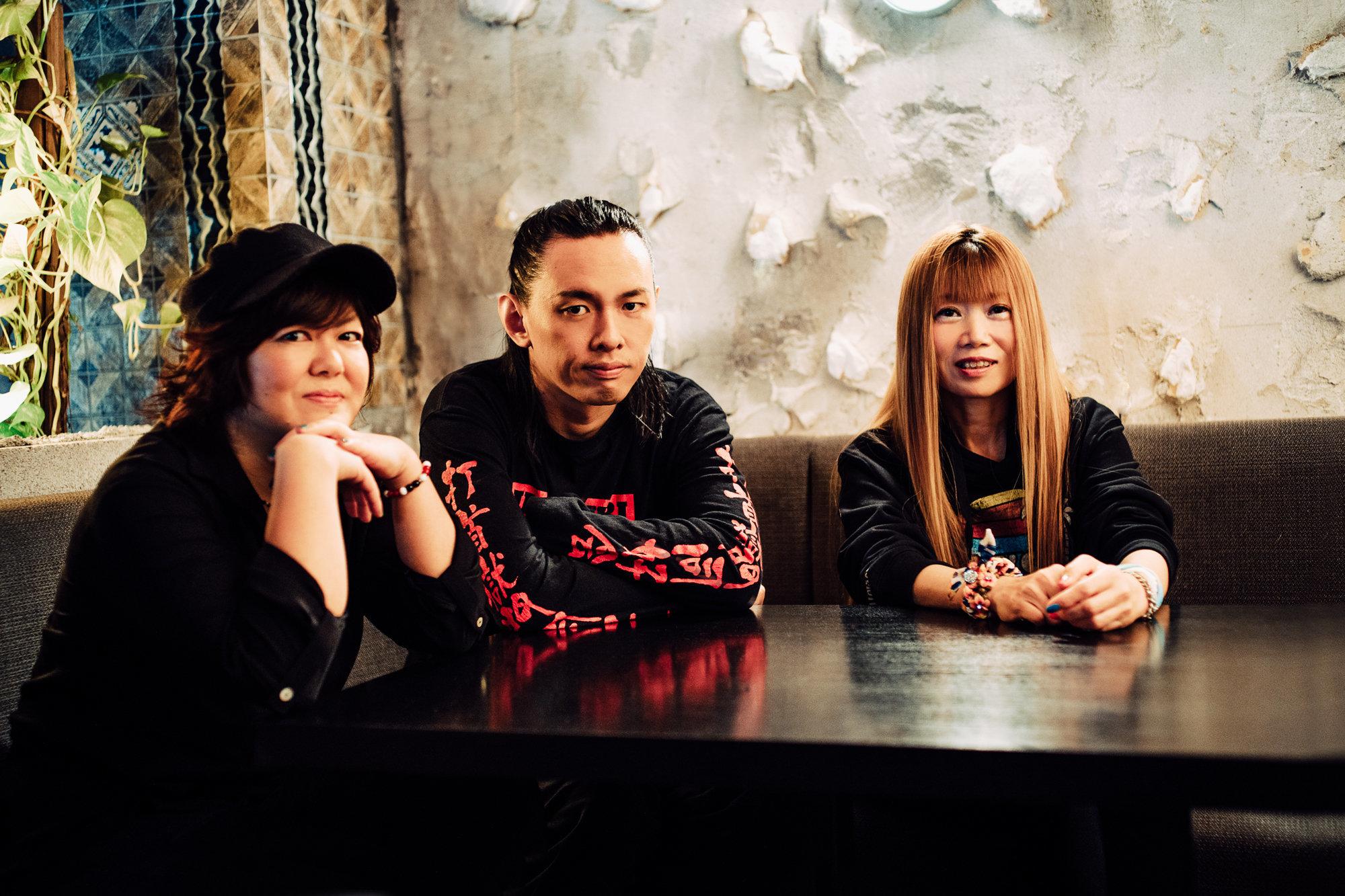 打首獄門同好会:大澤敦史(ギター・ヴォーカル、中央)、河本あす香(ドラム・ヴォーカル、左)、junko(ベース・ヴォーカル、右)