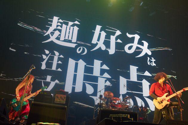 名曲「私を二郎に連れてって」のライブ場面