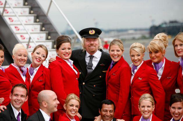 회사 설립 25주년을 기념해 버진애틀랜틱항공 창립자 리처드 브랜슨(가운데)이 승무원들과 포즈를 취하고 있다. 2009년