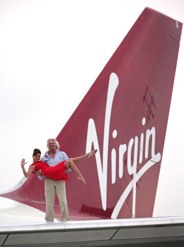 마이애미-런던 노선 취항 25주년을 기념해 리처드 브랜슨이 보잉747 날개 위에서 영국 가수 사라 하딩을 들어올리고 있다. 2011년