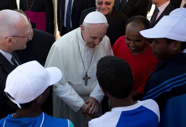 Le pape François avec des migrants sur l'île de Lampedusa, en Italie, le 8 juillet