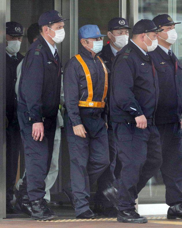 保釈され、東京拘置所を出る日産自動車前会長のカルロス・ゴーン被告(中央)