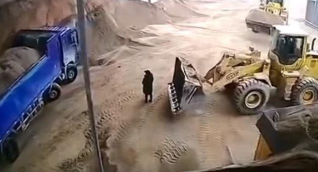 Κίνα: Εκσκαφέας θάβει ζωντανή